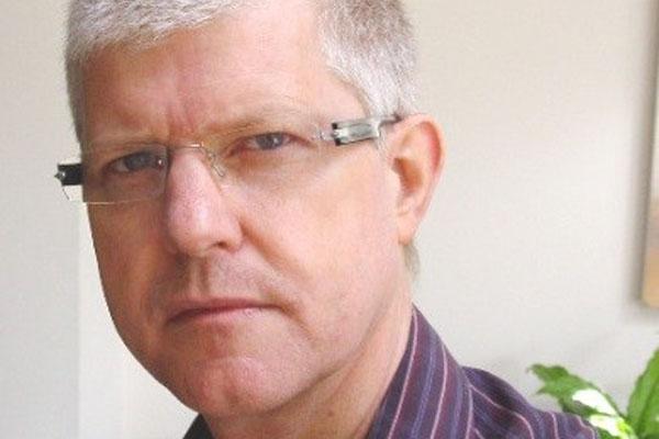 homem-cabelos-brancos-e-de-oculos