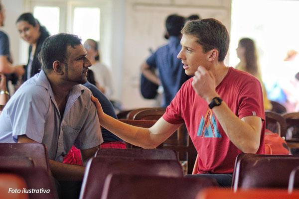 jovem-voluntario-conversando-com-homem