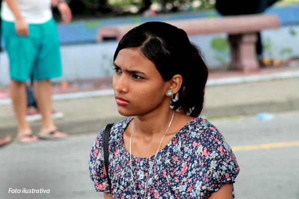 mulher-das-maldivas-sentada-na-praca