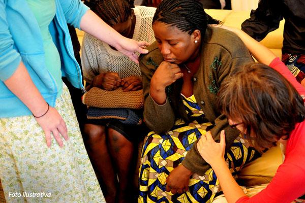 crista-nigeriana-triste-sendo-consolada
