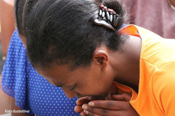 crista-orando-em-cima-da-biblia